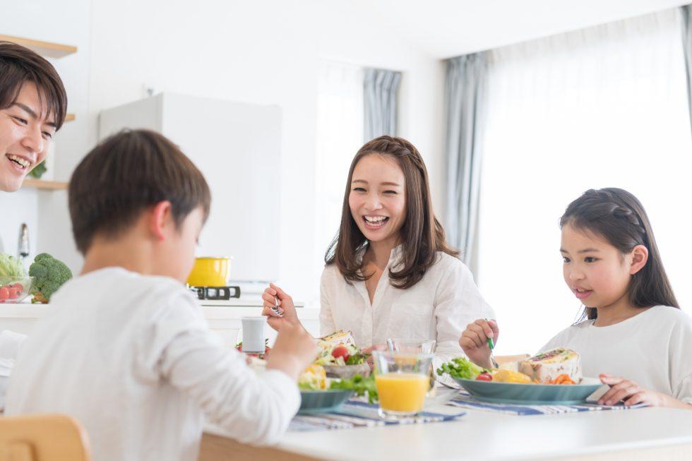 家族で食事をしている風景