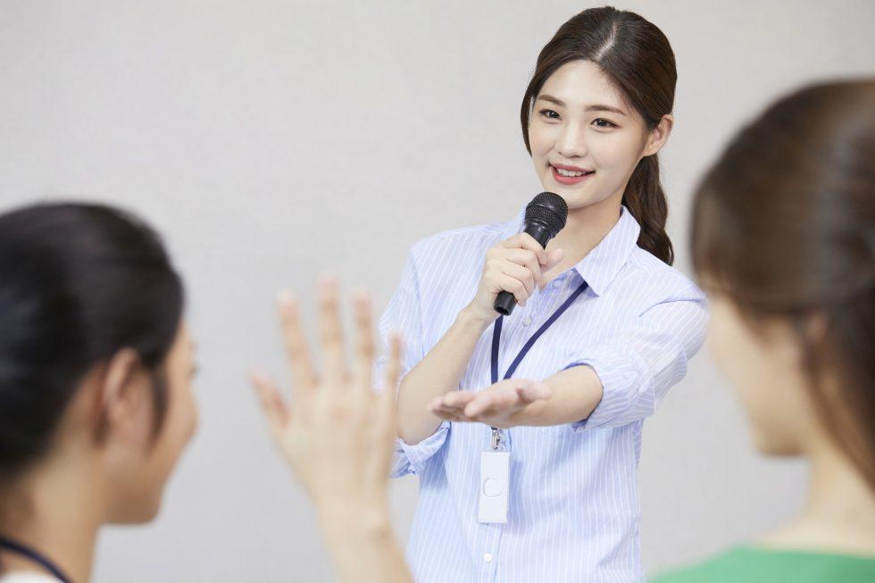 女性がセミナーで話しているイメージ写真