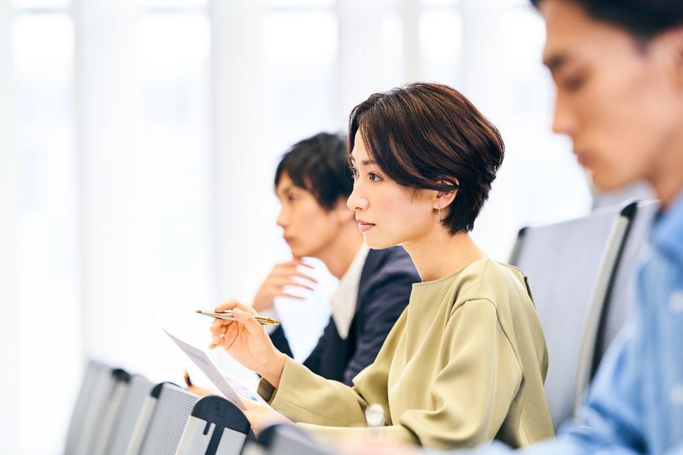 セミナーを受講する女性のイメージ写真